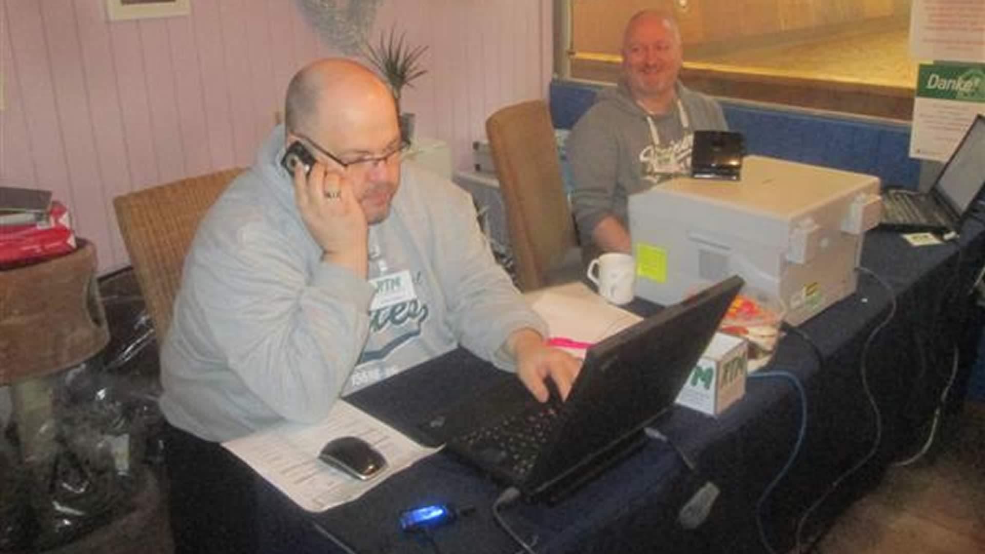 Heiko und Jörg Kieling bei der Arbeit am Computer